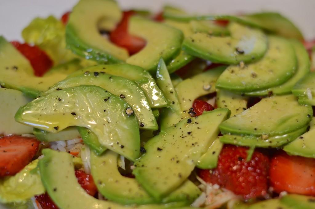 Ensalada de cangrejo, fresas y aguacate