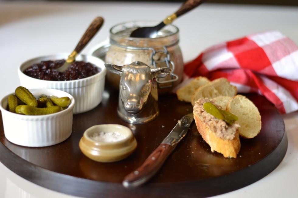 Rilletes con confitura de cebolla morada