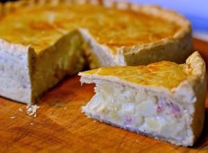 Pastel de patata, queso y cebolla