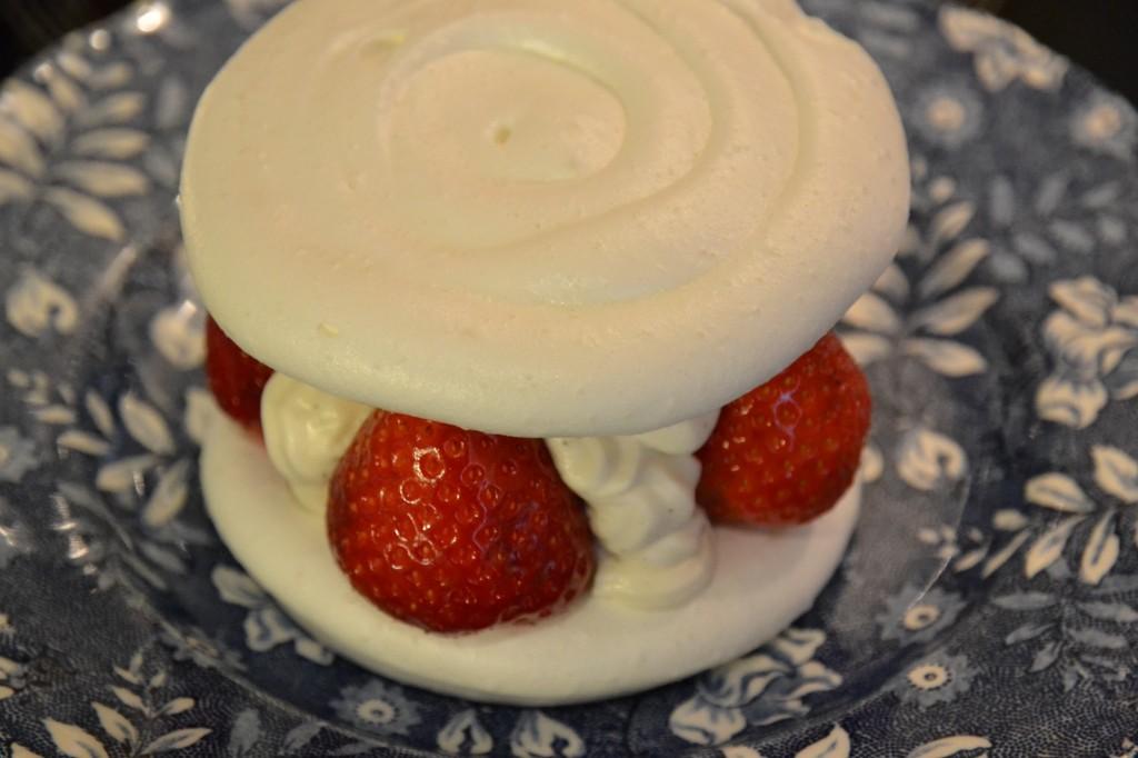 Tarta de merengue y fresas