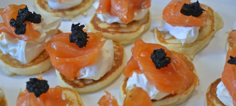 Blinis con salmón y ajo negro