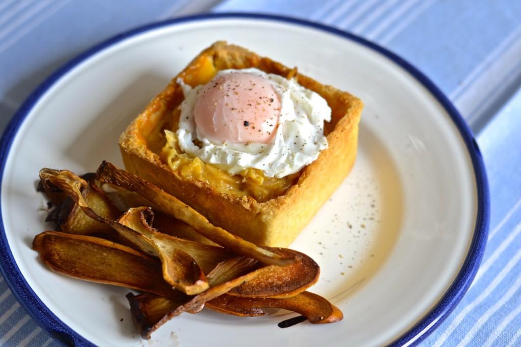 Tarteleta de crema de cebolla con huevo y boletus