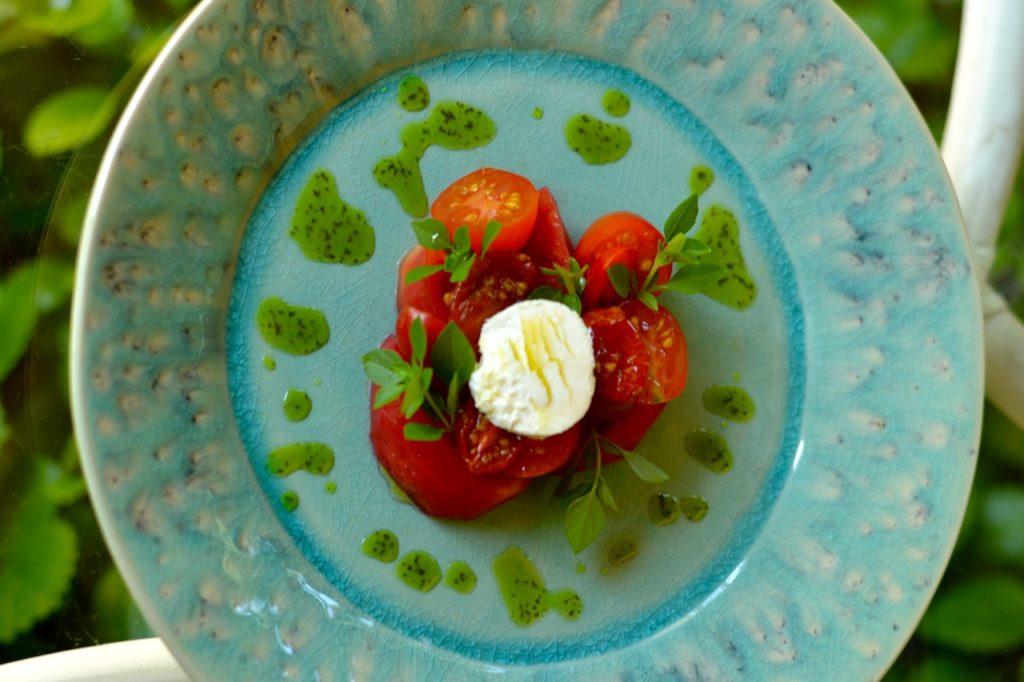 Ensalada de tomate con aceite de albahaca