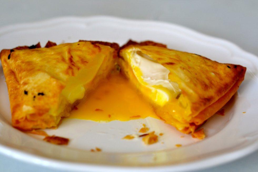 Huevo frito con pasta brick