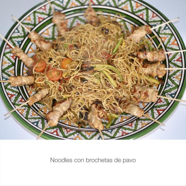 Noodles con brochetas de pavo