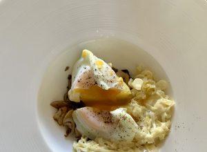 Dos huevos con patatas,puerro y setas