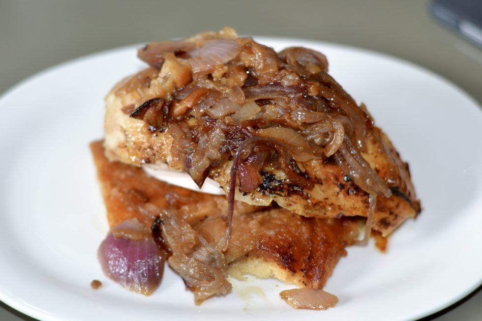 Pollo en cocotte con pan y cebolla